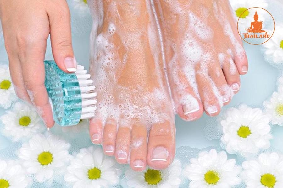 Rửa chân giúp giảm hôi chân