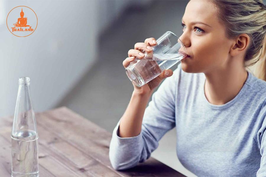 Uống nhiều nước giúp giảm mùi hôi chân hiệu quả